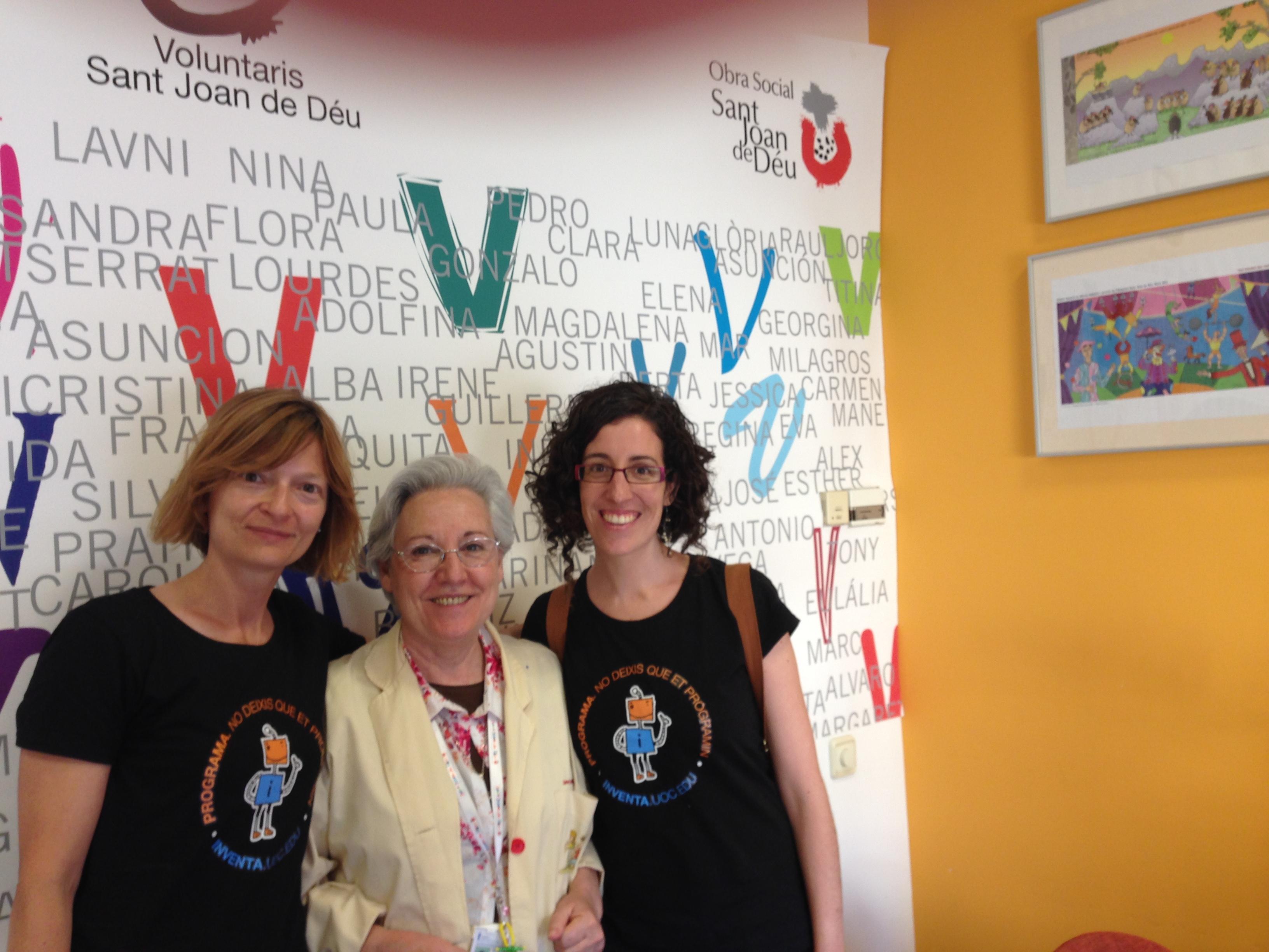 Montse Serra i Elena Planas, del grup INVENTA, junt amb Tina Parayre, cap de voluntariat de pediatria de l'Hospital SJDD.